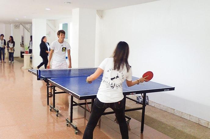 Mesa de ping-pong que professores e alunos podem usar livremente